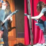Dave Grohl se cae del escenario tras beber de un solo trago su cerveza